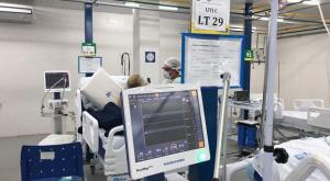 Imagem de um respirador dentro de um hospital